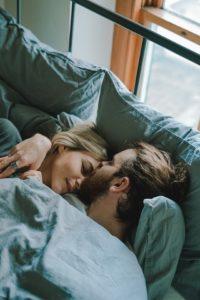 Couple qui dort ensemble sous une couverture